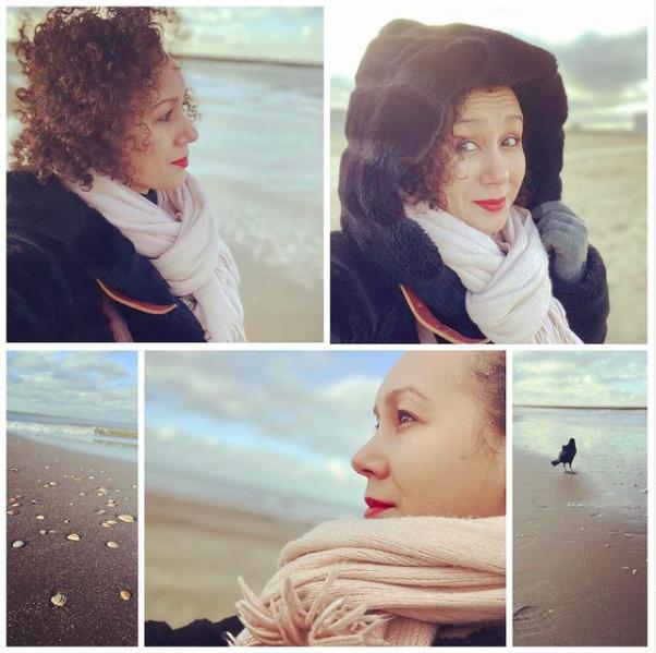 3 in 1 Fatima Akchar met zwarte jas kijkend naar de zee en over de horizon